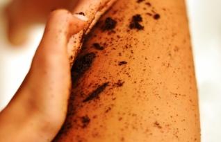 Diminua as marcas de celulite usando borra ou pó de café