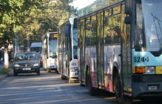 Estudo de Oxford diz que não devemos dar o assento aos idosos no transporte público