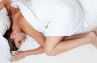 Por que você deve dormir nu
