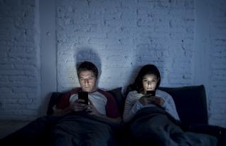 Usar o telefone na cama causa graves problemas de saúde