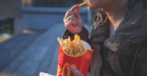 Comer batata frita no McDonalds pode livrar da calvície? há quem diga que sim