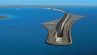 Maravilhosa Ponte de Oresund, com rodovia e ferrovia, submerge no mar