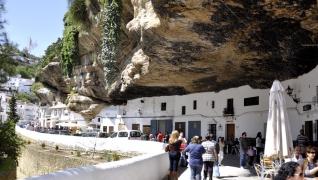 Vila construída embaixo de uma rocha