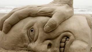 Dezoito esculturas na areia que são verdadeiras obras de arte